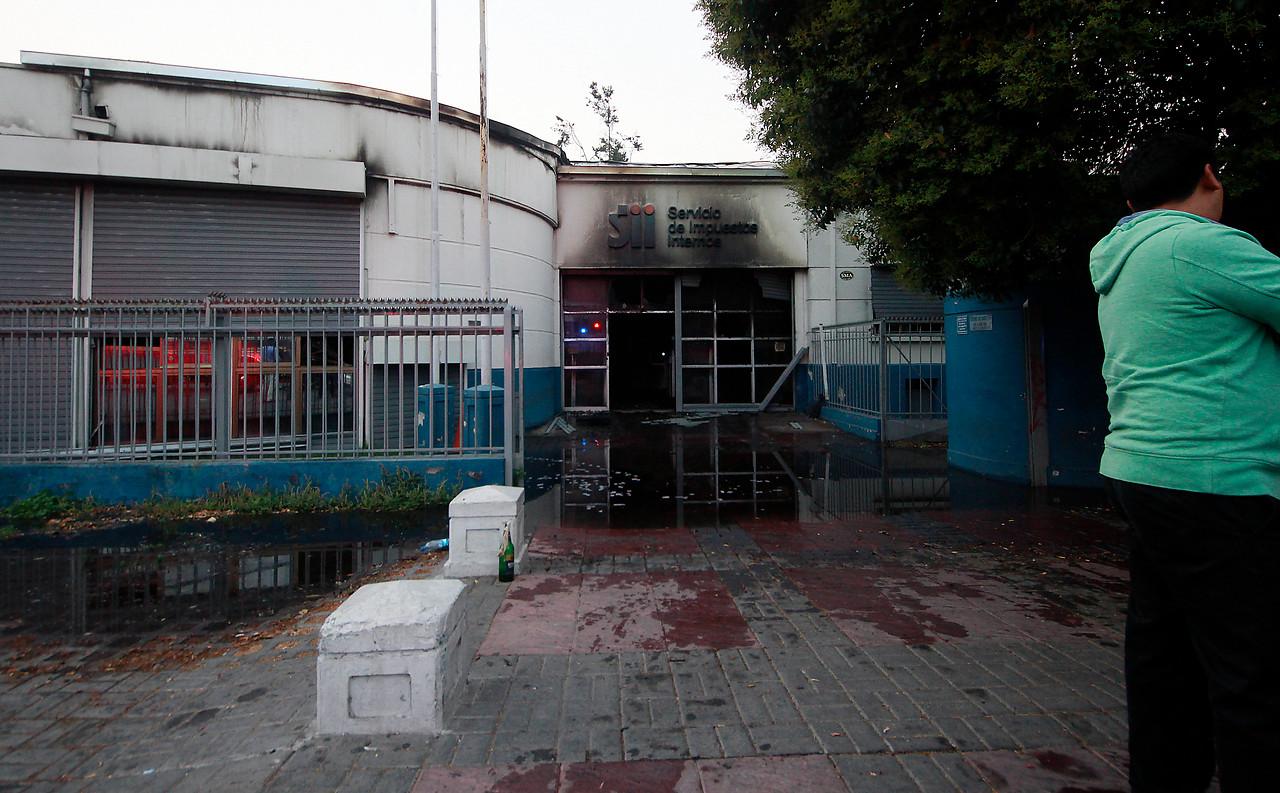 Bomba molotov y acelerantes indicarían intencionalidad en ataque incendiario al SII en Maipú