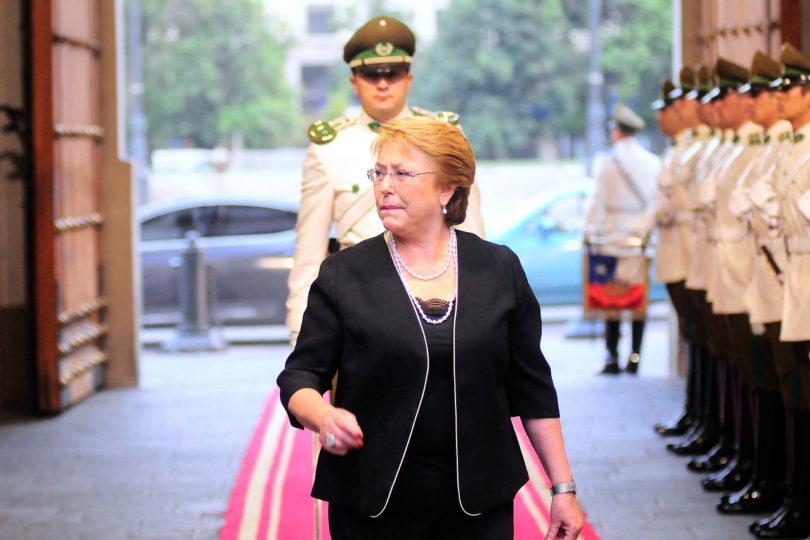 Bachelet cancela viaje al extranjero para monitorear incendios en el país