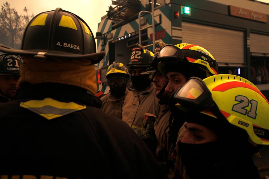 Más de 1.300 bomberos se encuentran trabajando en los incendios forestales del país