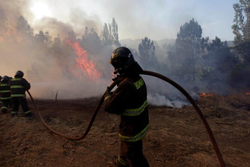Bomberos asegura que incendios podrían estar controlados esta semana, pero Conaf descarta fijar fecha