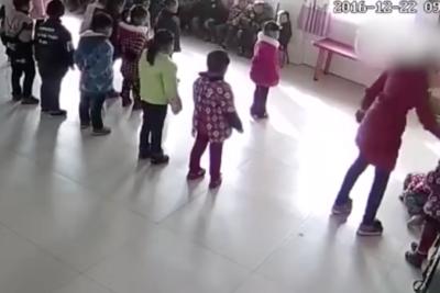 VIDEO   Las impactantes imágenes de una profesora que golpea sin piedad a dos menores en jardín infantil