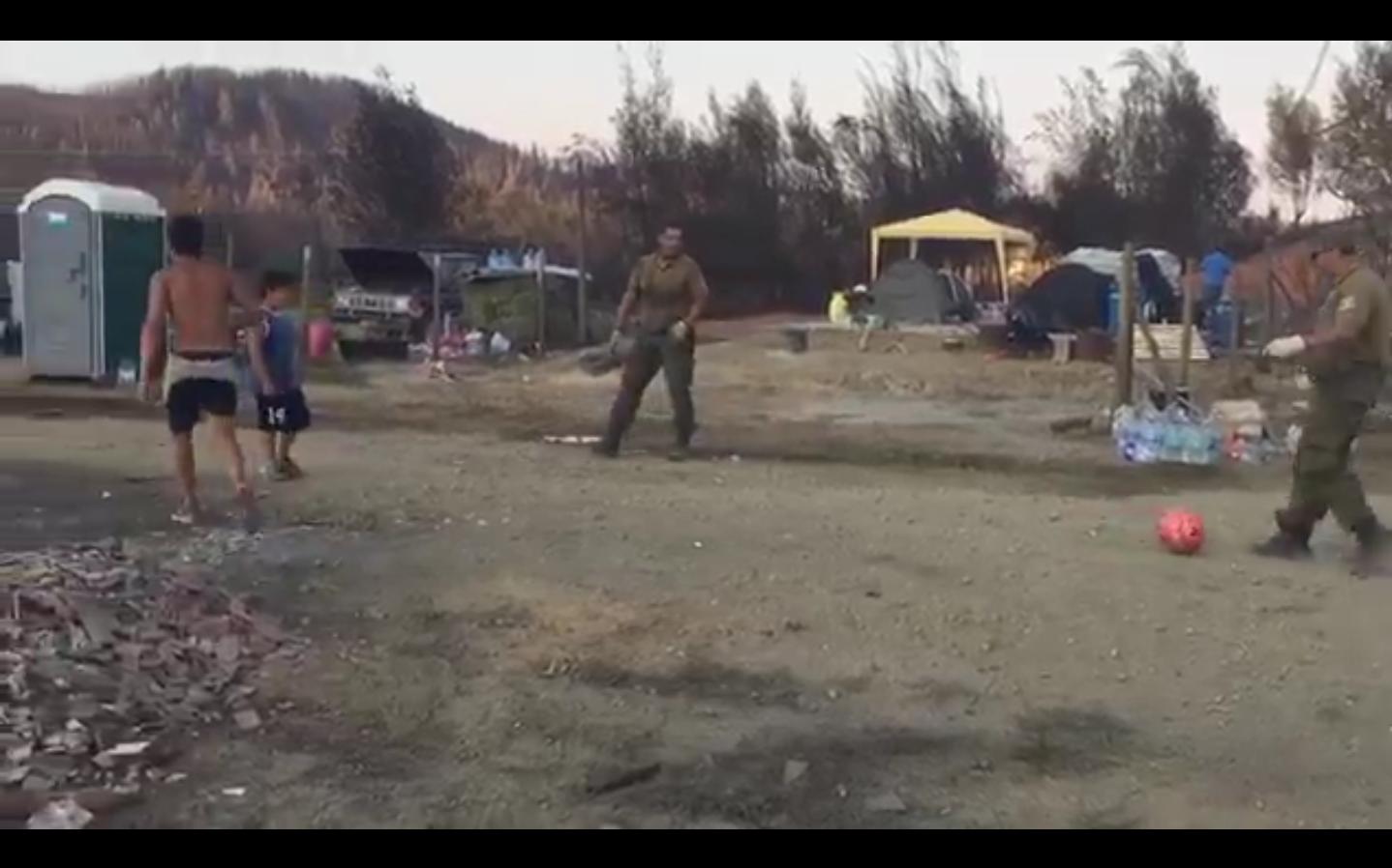 VIDEO |Carabineros improvisan un partido con niños damnificados por incendio en Santa Olga