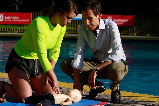 """Conoce los tips de primeros auxilios que la ACHS y el municipio de Santiago enseñaron en campaña """"Verano Seguro"""""""