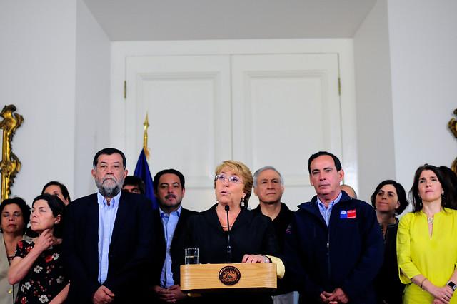 Chilenos rechazaron reacción del gobierno y de la Presidenta ante incendios forestales según Cadem