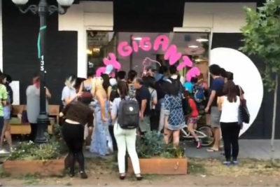 """""""Gay Gigante"""" denuncia discriminación de Providencia por borrar su ilustración en recinto municipal"""