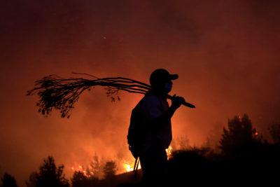 VIDEO | Fuego cambia de dirección increíblemente a metros de una casa mientras sus habitantes rezaban
