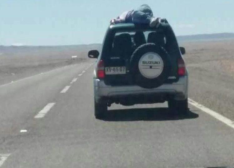 VIDEO |Joven viajaba amarrado arriba de un jeep en Calama, se dio vuelta y nadie sabe nada
