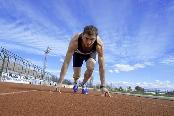 FOTO | Campeón chileno de 100 metros planos denuncia indignante apoyo estatal de 1.300 pesos