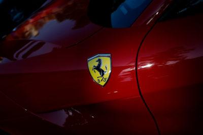 Arturo Vidal style: Ferrari de $150 millones es abandonado tras chocar contra barrera en Chicureo