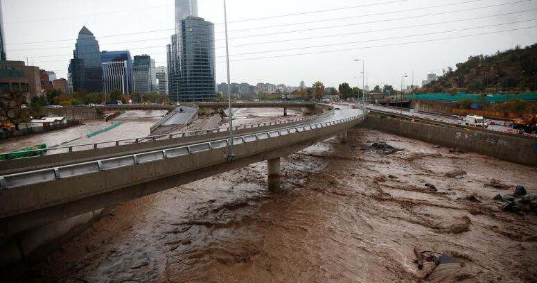 Desborde del Mapocho: Costanera Norte culpa a Sacyr y alude a cambios de proyecto de desvío de caudal