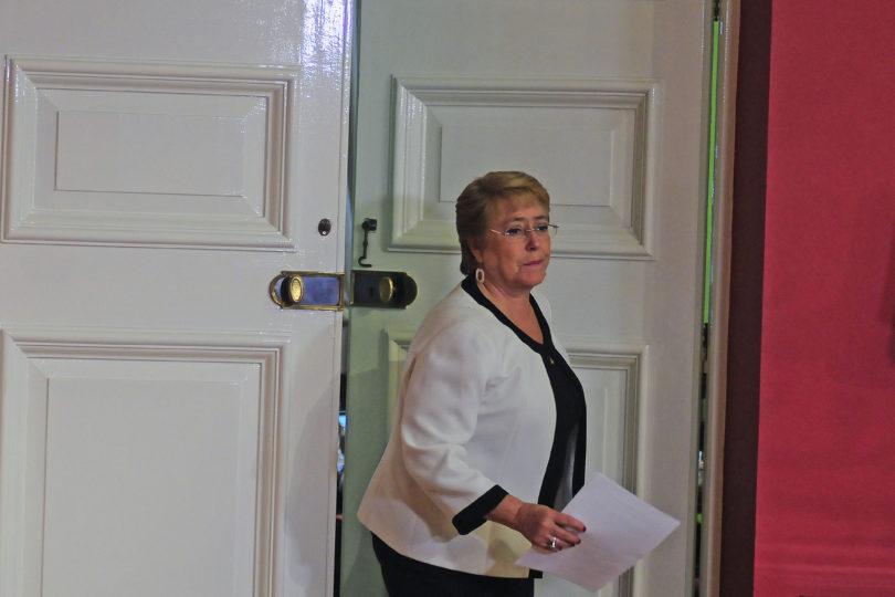 Bachelet inicia vacaciones tras suspenderlas por incendios y se traslada al sur