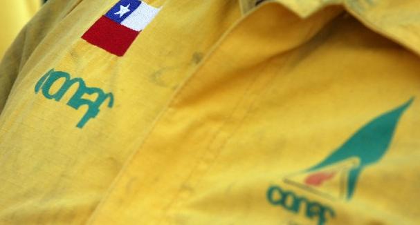 Denuncian a Conaf por vertimiento de 2 mil litros de líquido retardante en el sur