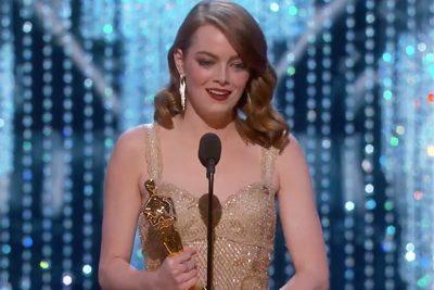Otra razón para amarla: el sutil mensaje político del vestido de Emma Stone en los Oscar que pocos notaron