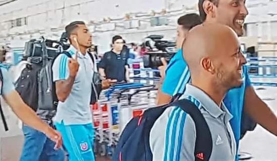 Fino y elegante: así fue la llegada de Gonzalo Jara al aeropuerto de Santiago
