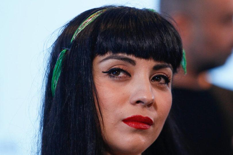 """Mon Laferte revienta a la prensa festivalera: """"Siento vergüenza con México, que piensen que Chile es así"""""""