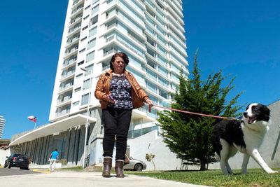Asesora del hogar presenta millonaria demanda al oftalmólogo de Viña que la agredió en un ascensor