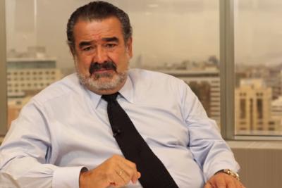 """La delirante conversación tuitera entre Juan Herrera de """"Los 80"""" y Andrónico Luksic"""