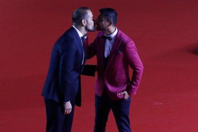 Movilh y Todo Mejora aplauden a Andrés Caniulef tras desfilar con su novio en la Gala de Viña 2017
