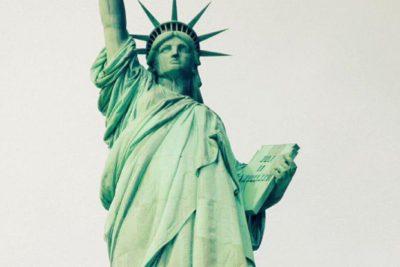 El mensaje a los refugiados que vistió la Estatua de la Libertad que de seguro provocó la ira de Trump