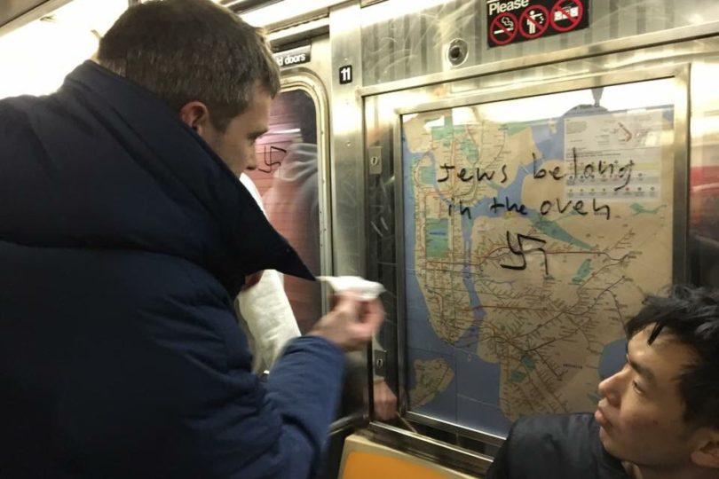 FOTOS | Usuarios del Metro de Nueva York reaccionan de forma espontánea al ver símbolos nazis en los vagones