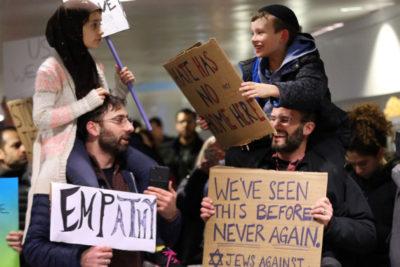 La linda historia detrás de la emblemática imagen de las protestas contra Trump por decreto migratorio