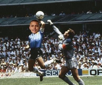 VIDEO| Sánchez anota un gol con la mano y lo comparan con Maradona