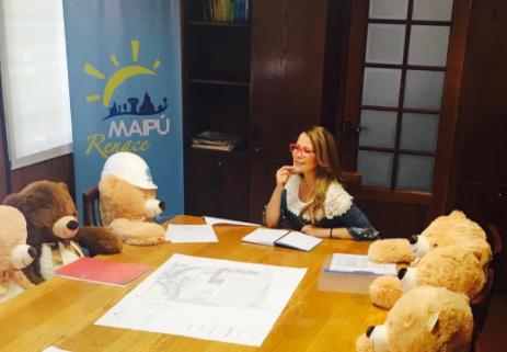 Cathy Barriga celebra San Valentín con un tierno comité de osos de peluche