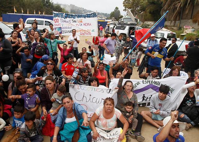 No solo fue en el piscinazo: pobladores también protestaron a un costado del matinal de TVN