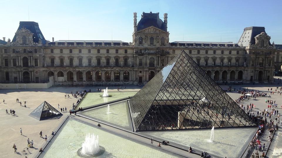 """Ataque de hombre a soldados en el Louvre es de """"naturaleza terrorista"""""""