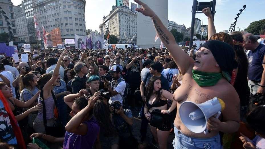"""VIDEO + FOTOS   """"Tetazo"""" se tomó el tradicional Obelisco en Buenos Aires por la igualdad de género"""