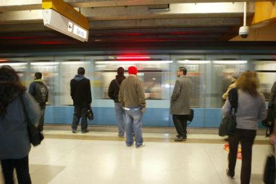 Retrasos de más de 20 minutos en Metro abren jornada de restricción vehicular
