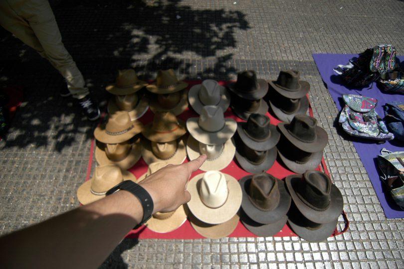 Clientes de comercio ilegal en Santiago arriesgan hasta 140 mil pesos de multa