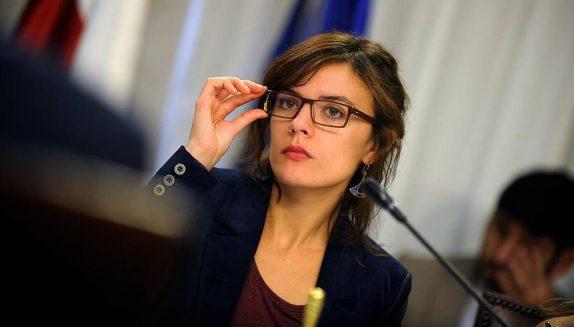 Camila Vallejo anuncia proyecto que reduce jornada laboral