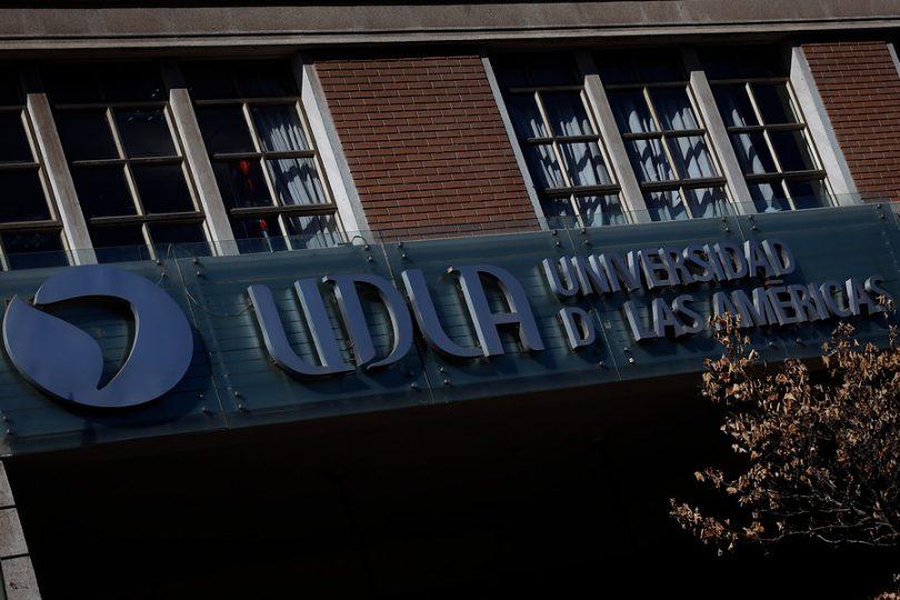Denuncian que UDLA cobra crédito interno a alumnos de hasta 6 millones en una cuota para seguir estudiando