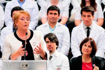Estudiante de medicina U. Andes entregó carta a Bachelet para impedir ley de aborto en plena ceremonia