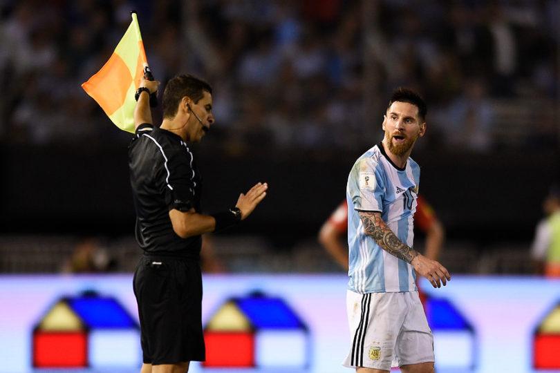 FIFA analiza sancionar a Argentina por pifias a himno chileno e insultos de Messi al árbitro