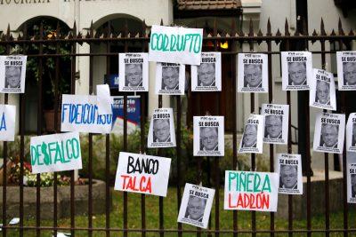 Dirigentes estudiantiles se manifiestan en las afueras de la UDI contra Sebastián Piñera