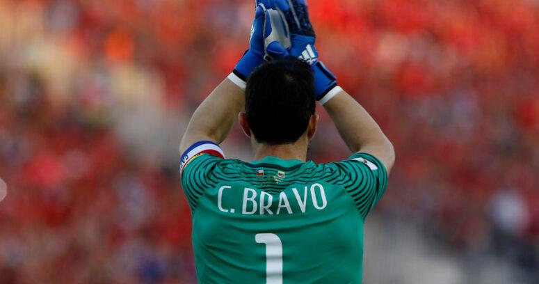 "VIDEO | Cámara capta momento exacto en que Claudio Bravo ""manda a la chucha"" a hinchas de cartón"