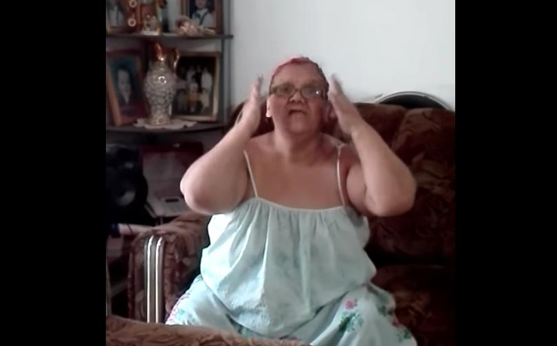 VIDEO |Abuelita furiosa explica en dos minutos por qué no quiere buses de dos pisos en Transantiago