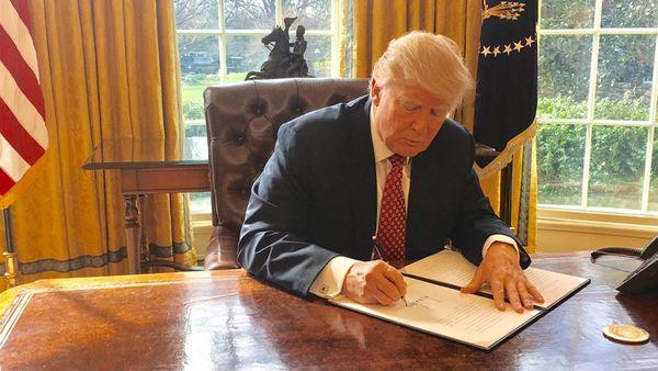 Donald Trump firma nueva versión de decreto migratorio y deja a Irak fuera del veto
