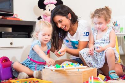 A quién dejar a los hijos al salir de la casa: app ofrece un seguro servicio de babysitters