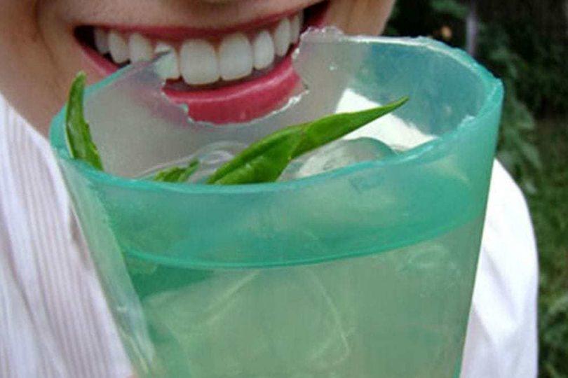 Adiós al plástico: crean vasos ecológicos y comestibles hecho en base a un alga japonesa