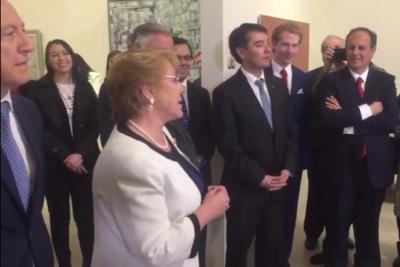 VIDEO | Bachelet quiere tener un millón de amigos y revela fanatismo por Roberto Carlos
