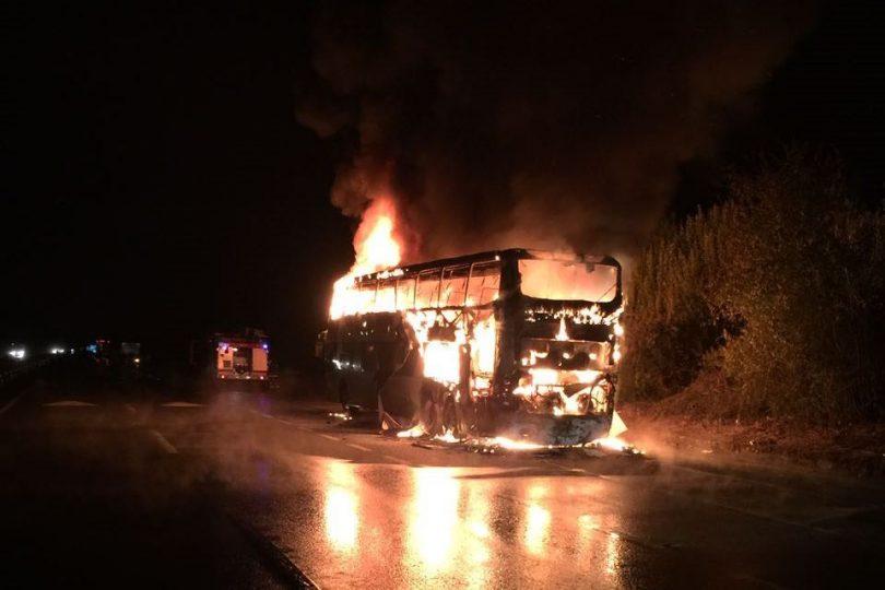 Tur Bus viajaba en la comuna de Mariquina y se incendió en plena ruta 5 Sur