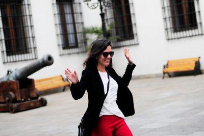 FOTO |Diputada Camila Vallejo en plena campaña, con pololo incluido