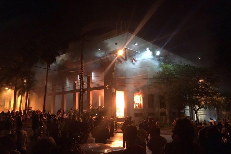 VIDEOS | Manifestantes queman Congreso de Paraguay en rechazo a reelección presidencial