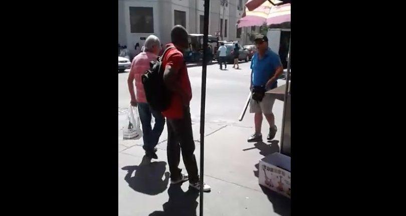 VIDEO | Inmigrante haitiano va a cobrar su sueldo a ex empleador y es amenazado con un palo en Santiago