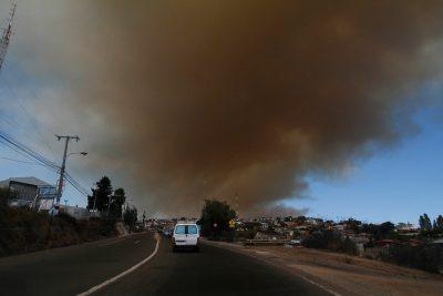Declaran alerta roja por incendio forestal en Valparaíso y Viña del Mar