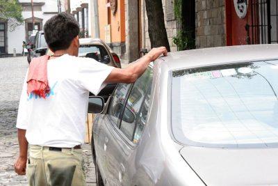 Las Condes decretará la prohibición de los limpiaparabrisas en las calles