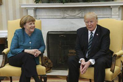 VIDEOS | El desaire de Trump a Angela Merkel: se negó a darle la mano en frente de toda la prensa